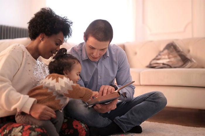 七個月寶寶與爸爸媽媽一起看書