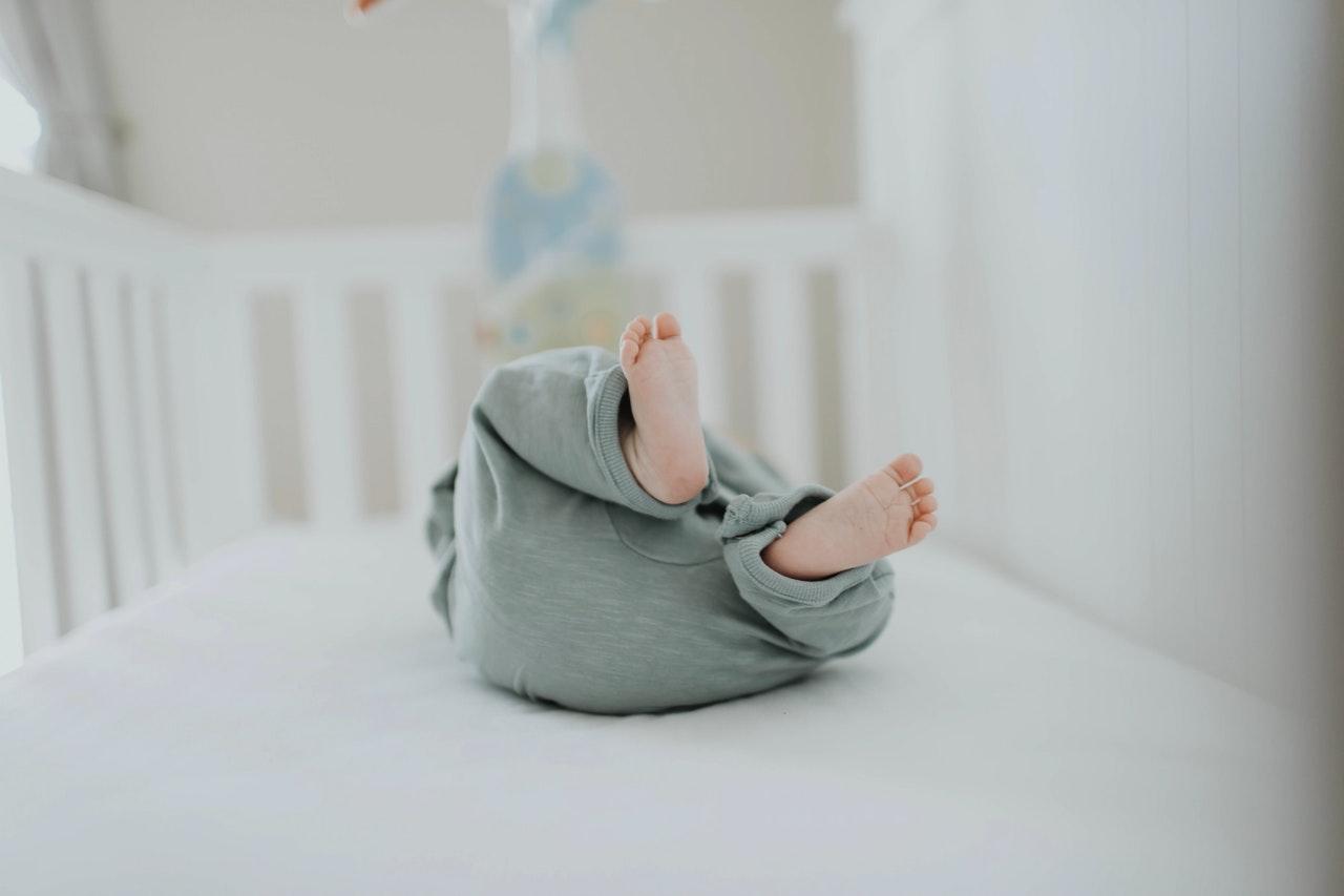 嬰兒在嬰兒床上