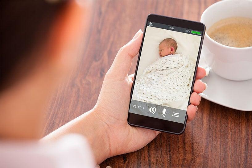 媽媽用手機看寶寶