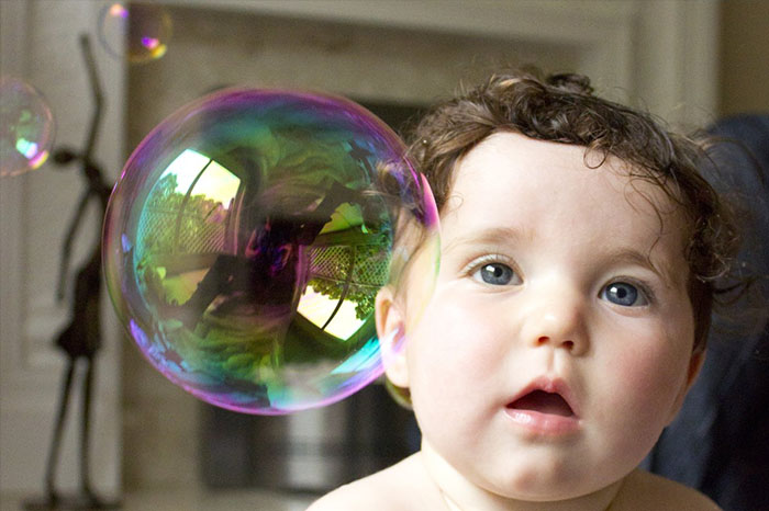 寶寶在看泡泡
