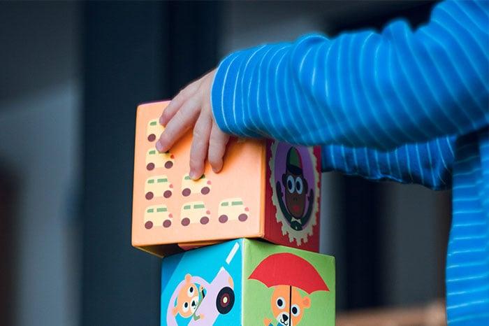 寶寶在玩積木玩具